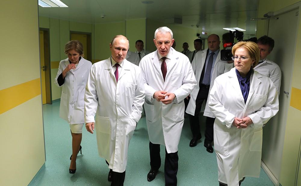 Владимир Путин во время посещения Национального медицинского исследовательского центра имени В.А.Алмазова