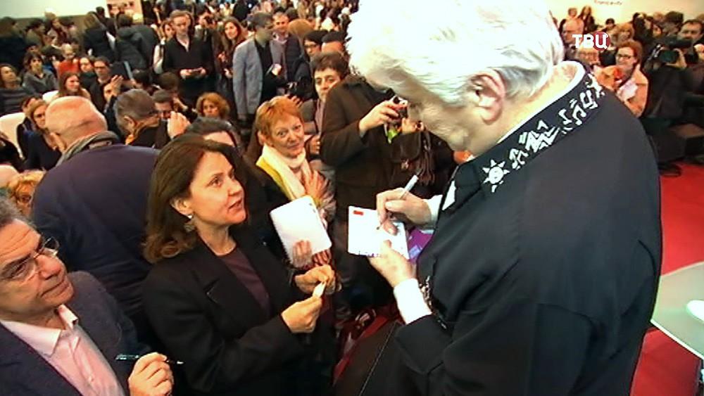 Наталия Солженицына даёт автограф