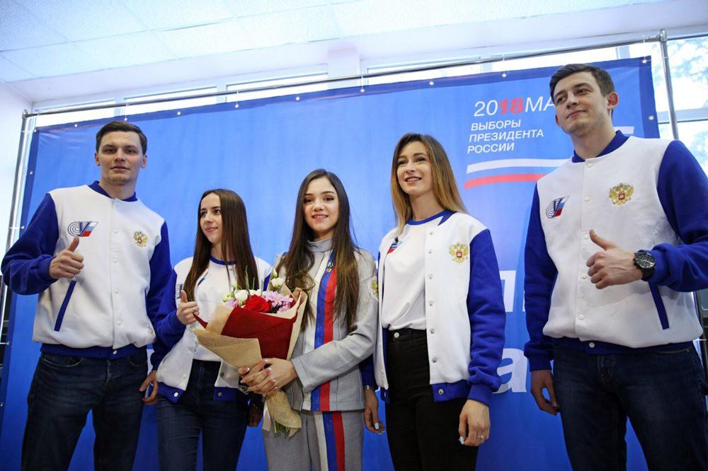 Призер Олимпийских игр Евгения Медведева (в центре) на избирательном участке на выборах президента России