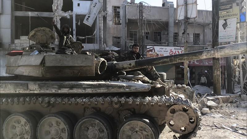 Бронетехника сирийской армии в освобожденном населенном пункте Кафр-Батна в Восточной Гуте