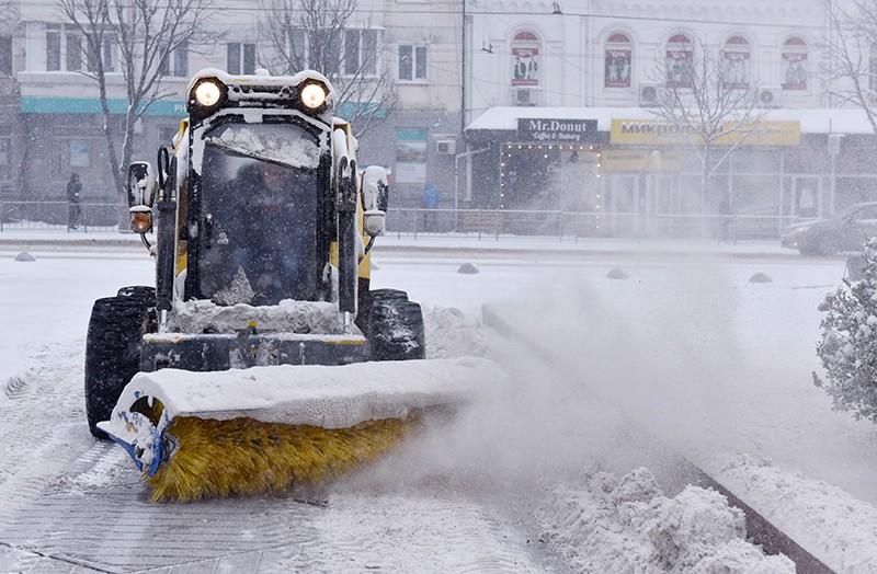 Уборка снега на одной из улиц в Симферополе