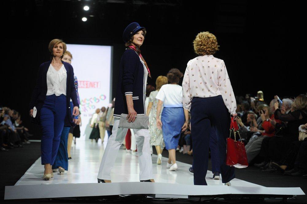 Модный показ модельного агентства Vozrastanet в Гостином дворе на Неделе моды в Москве