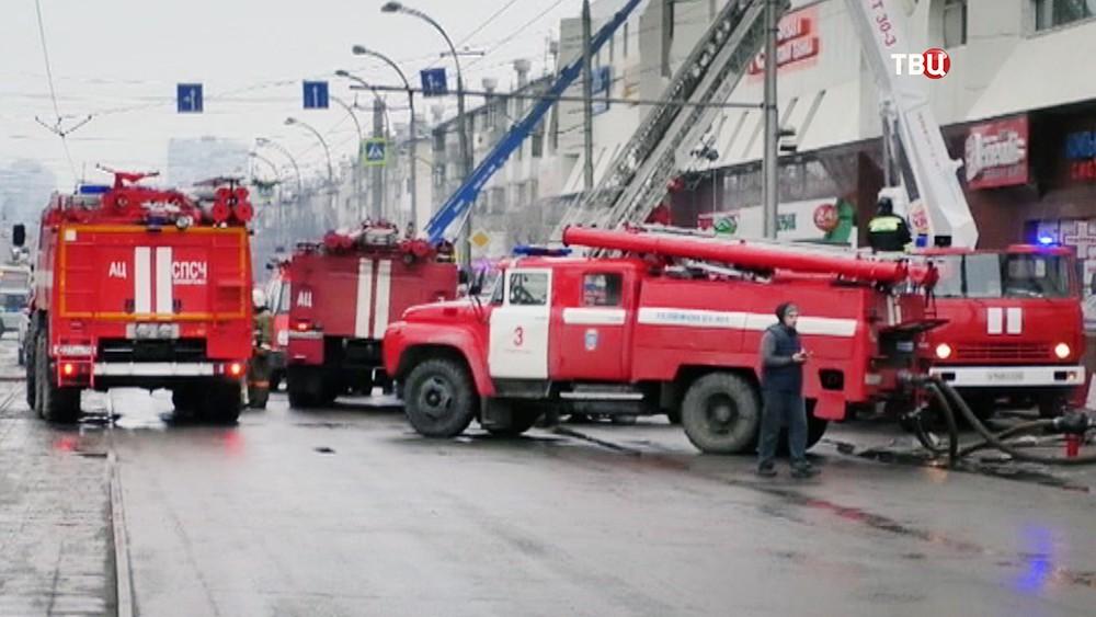 Тушение пожара в торговом центре в Кемерово