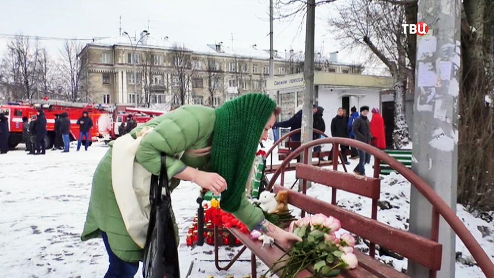 Возложение цветов в память о погибших в пожаре в торговом центре в Кемерове