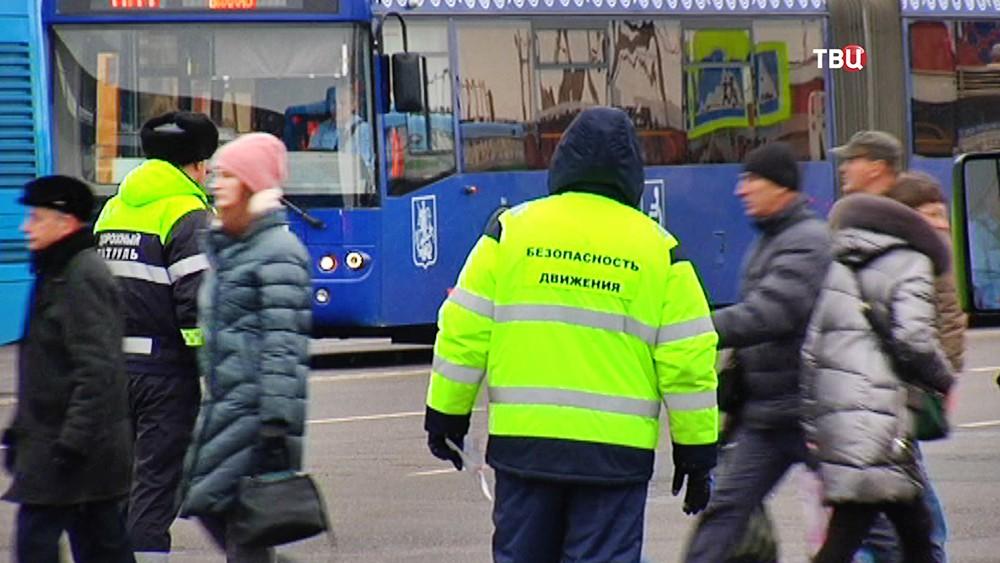 Дорожный патруль организовывает движение общественного транспорта