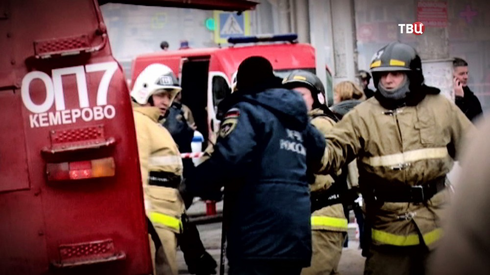 Пожарные на месте возгорания в Кемерово