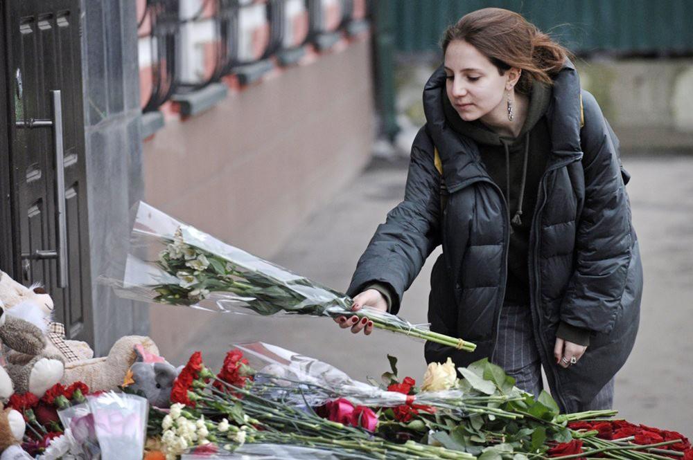 Люди возлагают цветы в память о погибших при пожаре в Кемерово