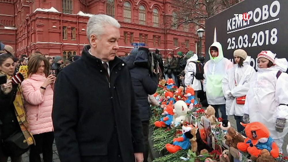 Сергей Собянин возложил цветы на Манежной площади в память о погибших при пожаре в Кемерово