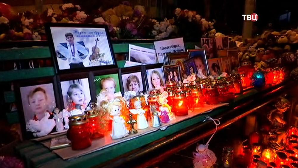 Цветы в память о погибших при пожаре в Кемерово