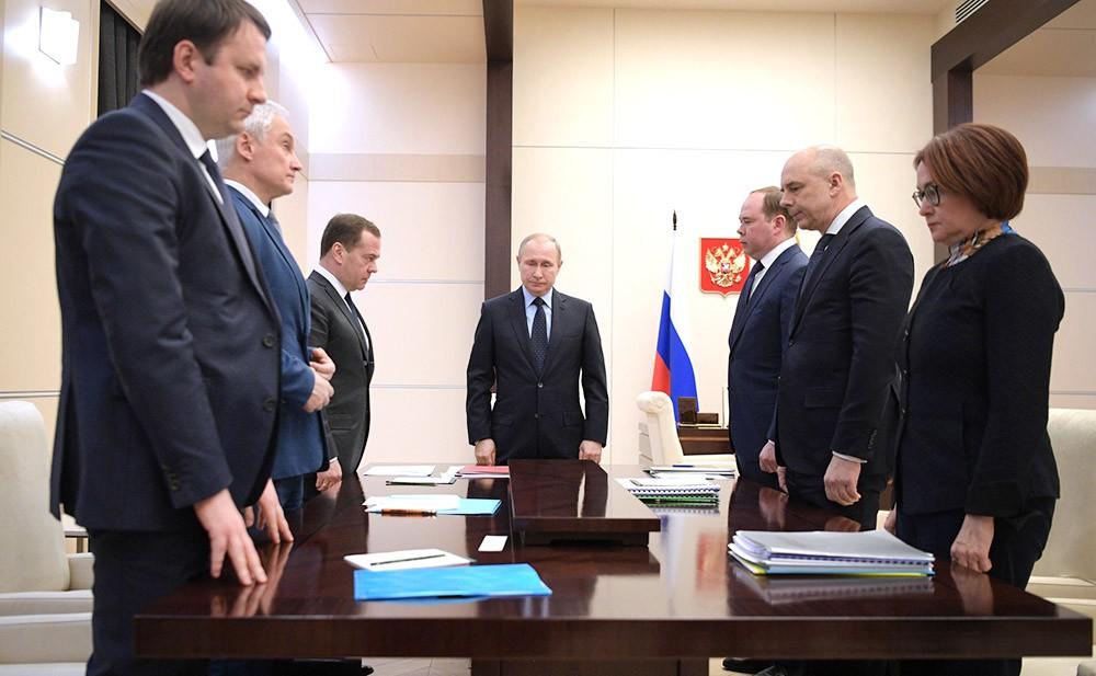 Минута молчания в память о погибших при пожаре в Кемерово на совещании по экономическим вопросам