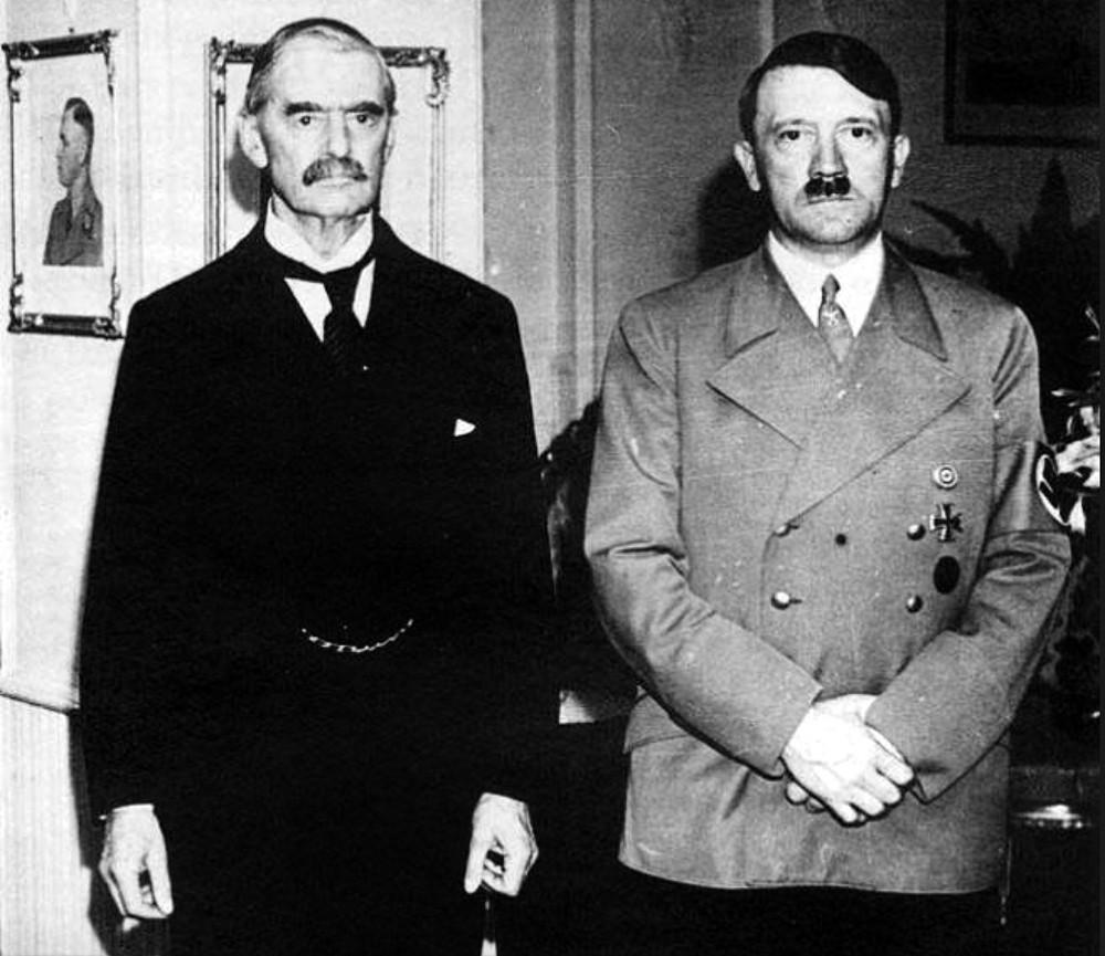 Британский дипломат Невилл Хендерсон и Адольф Гитлер в гостиничном номере Гитлера (Годесберг, Германия)