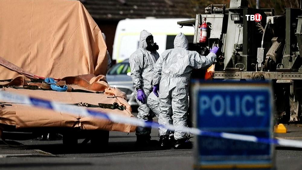 Полиция Великобритании в костюмах химзащиты