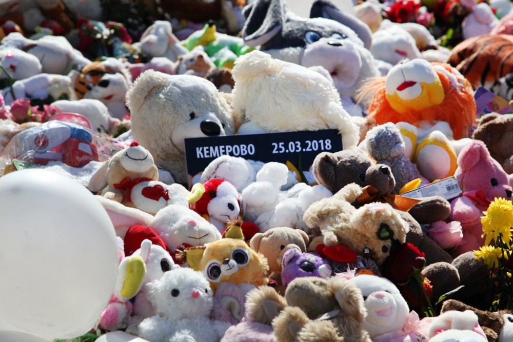 Мягкие игрушки в память о погибших при пожаре в Кемерово