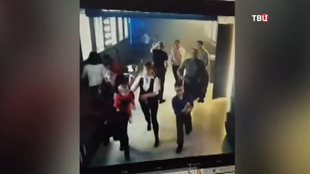 """Кадры эвакуации из кинозалов ТЦ """"Зимняя вишня"""" во время пожара"""