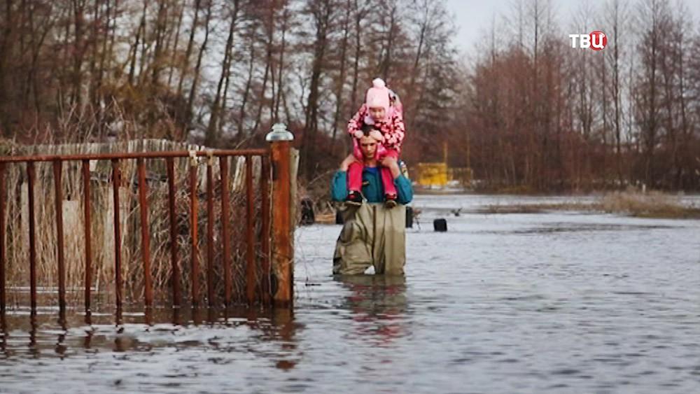 Спасатели МЧС работают в зоне паводков