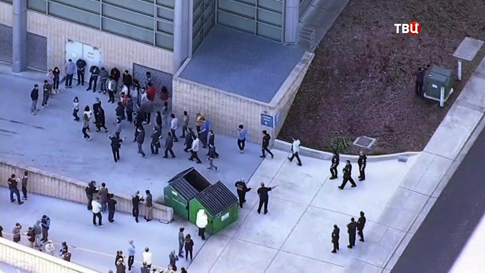 Полиции США проводит эвакуацию людей с места происшествия