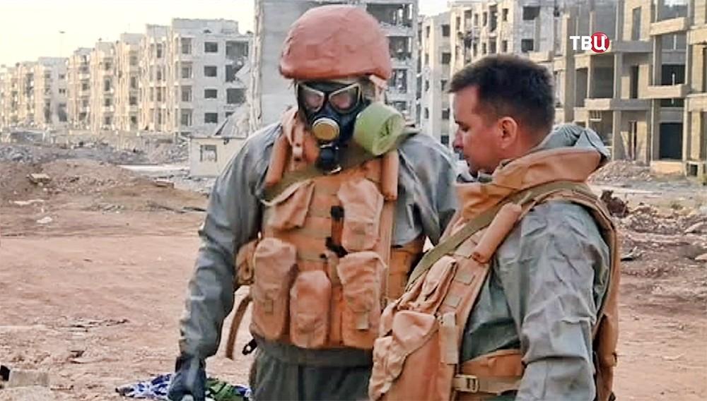 Российские военные в костюмах химзащиты в Сирии