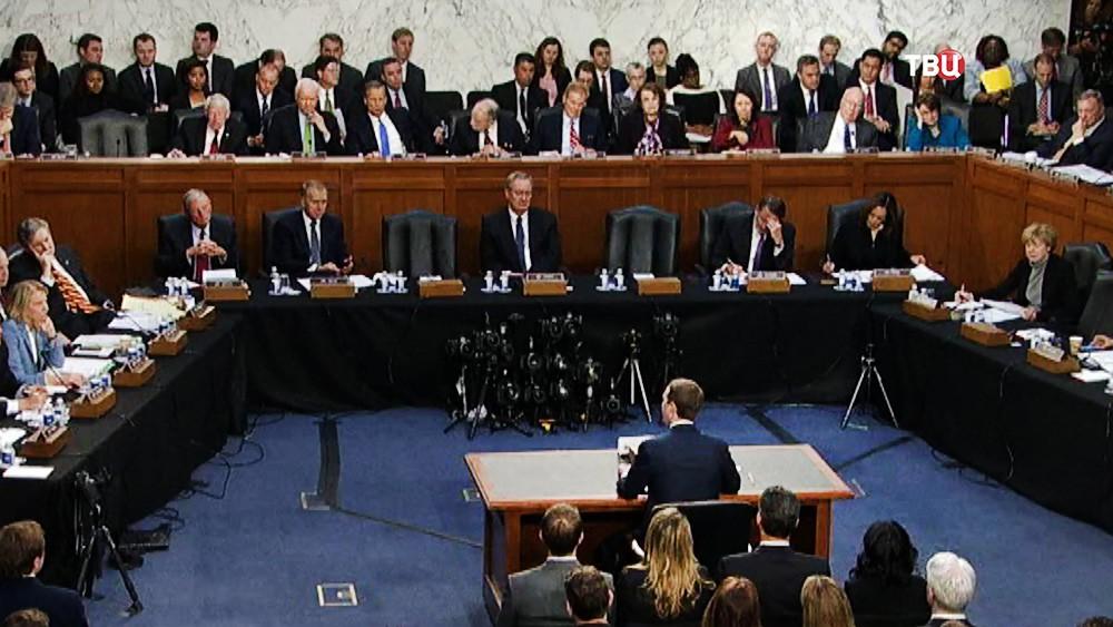 Марк Цукерберг на слушаниях в Сенате