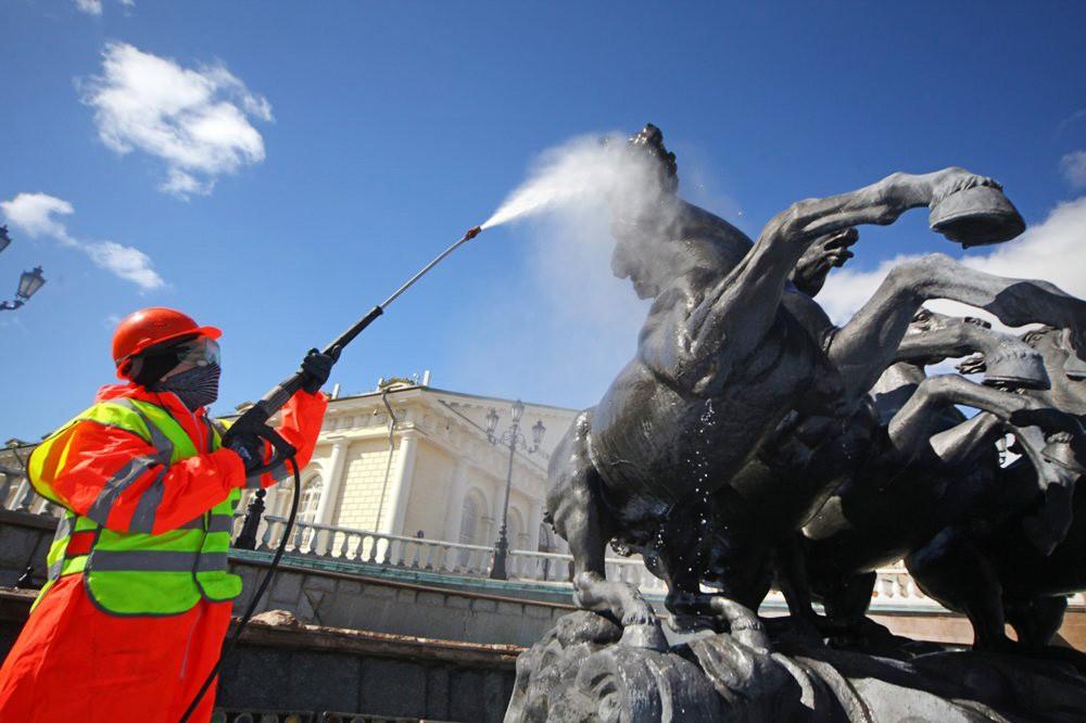 """Промывка фонтана """"Времена года"""" на Манежной площади"""