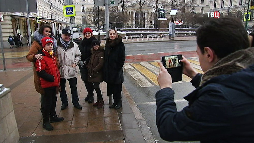 Оксана Федорова с близкими гуляет по Москве