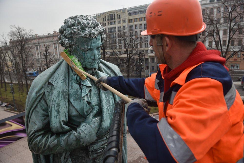 Весенняя промывка памятника поэту А.Пушкину на Пушкинской площади