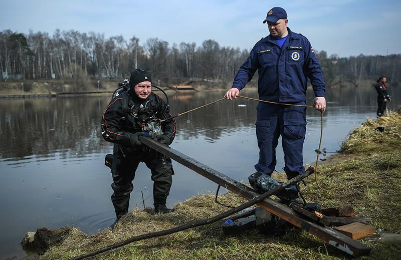 Во время очистки дна водоема от мусора в Москве