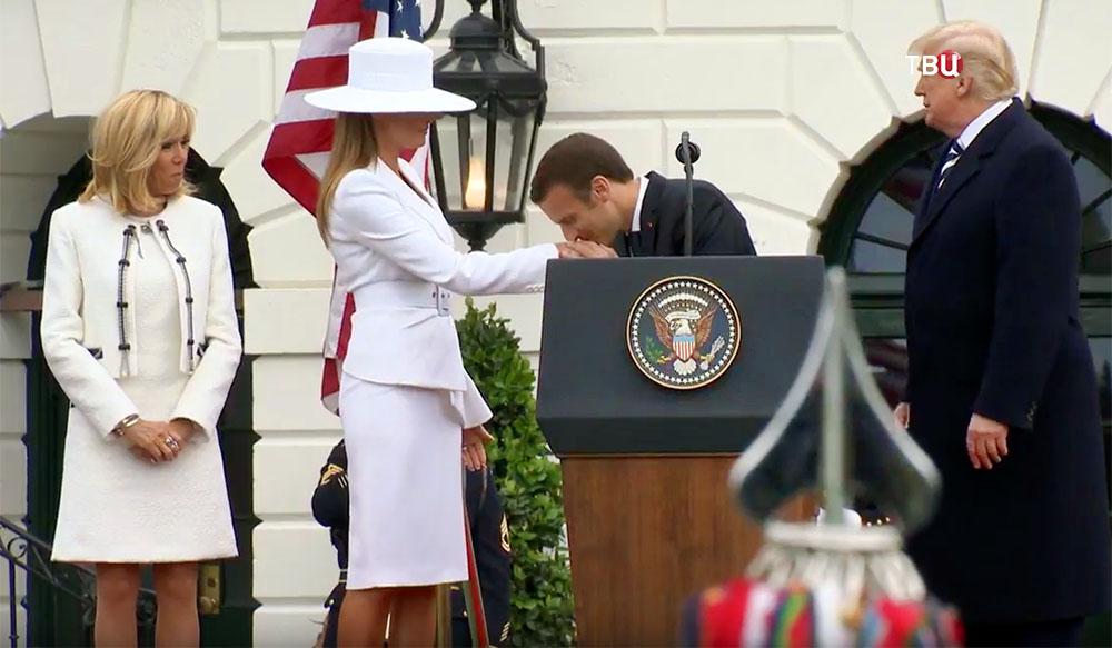 Эммануэль Макрон целует руку Мелании Трамп