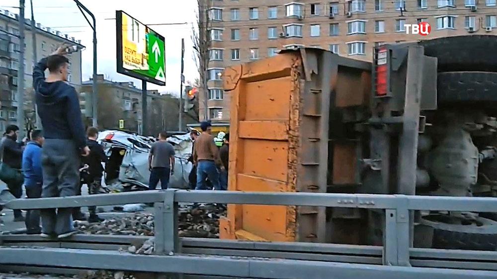 Всмертельном ДТП с фургоном в столице умер человек