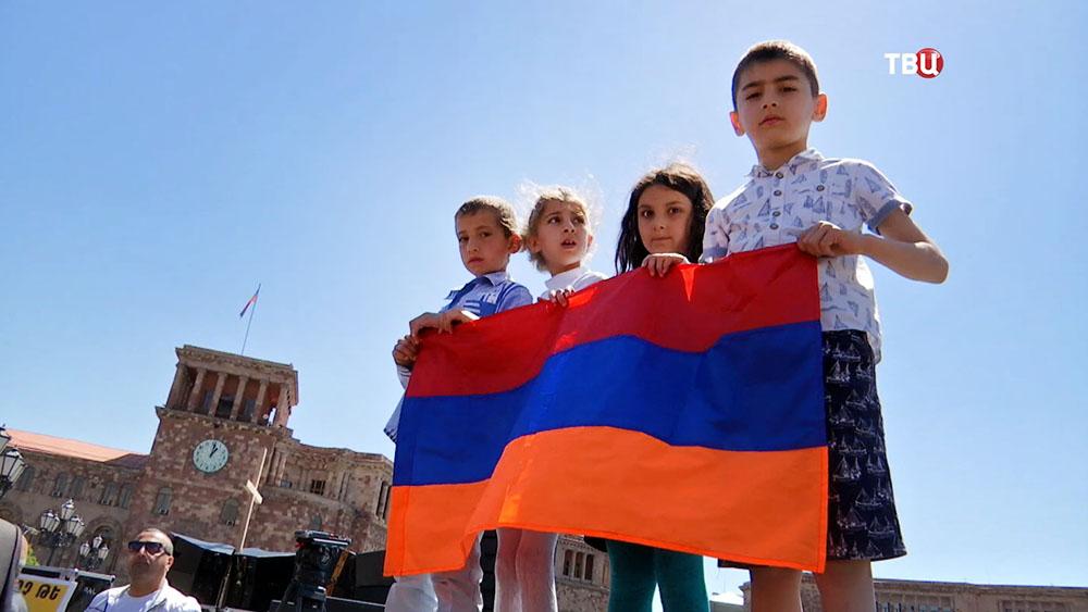 Дети держат флаг Армении