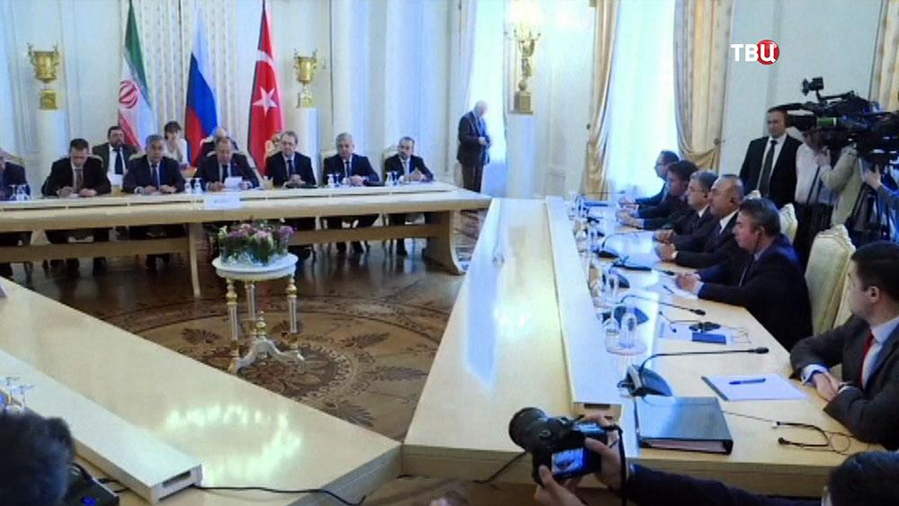 Главы МИД России, Ирана и Турции провели переговоры