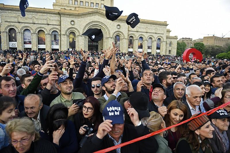 Участники митинга на площади Республики в Ереване