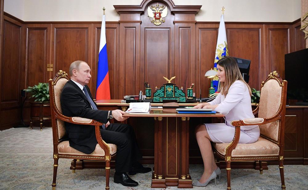 Президент России Владимир Путин и гендиректор Агентства стратегических инициатив Светлана Чупшева
