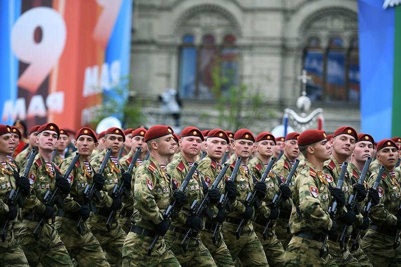 Военнослужащие парадных расчетов на генеральной репетиции военного парада на Красной площади