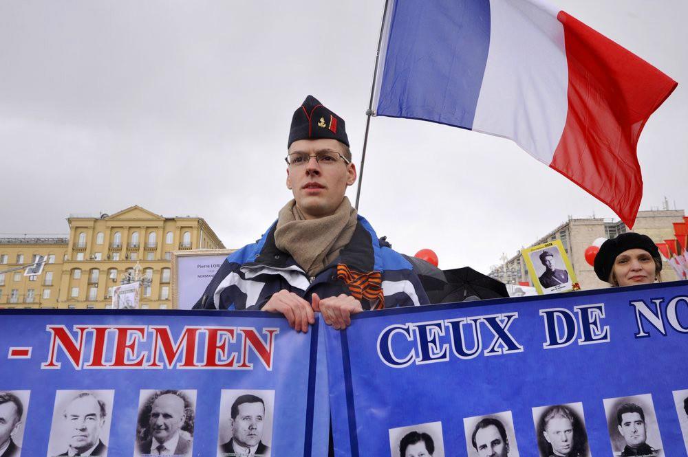 """Представители Франции несут портреты пилотов эскадрильи """"Нормандия-Неман"""" на акция """"Бессмертный полк"""""""