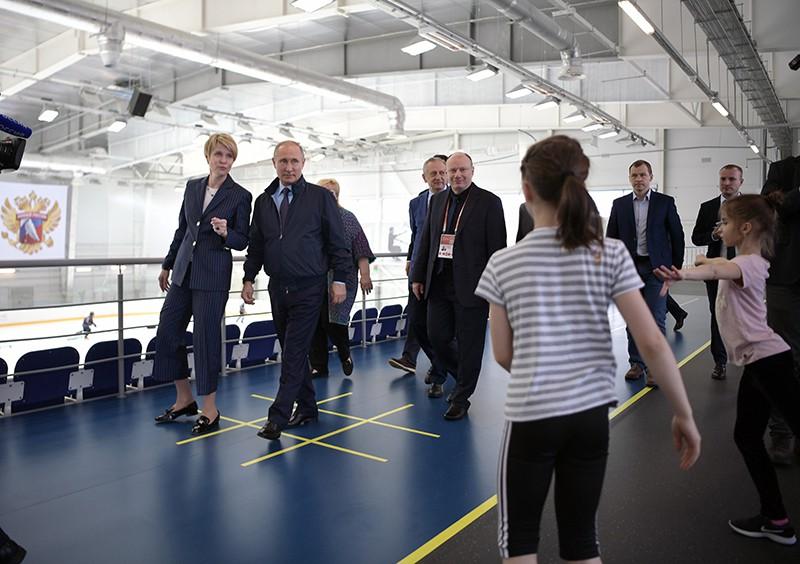 """Владимир Путин во время посещения нового детского хоккейного тренировочного центра образовательного центра """"Сириус"""" в Сочи"""