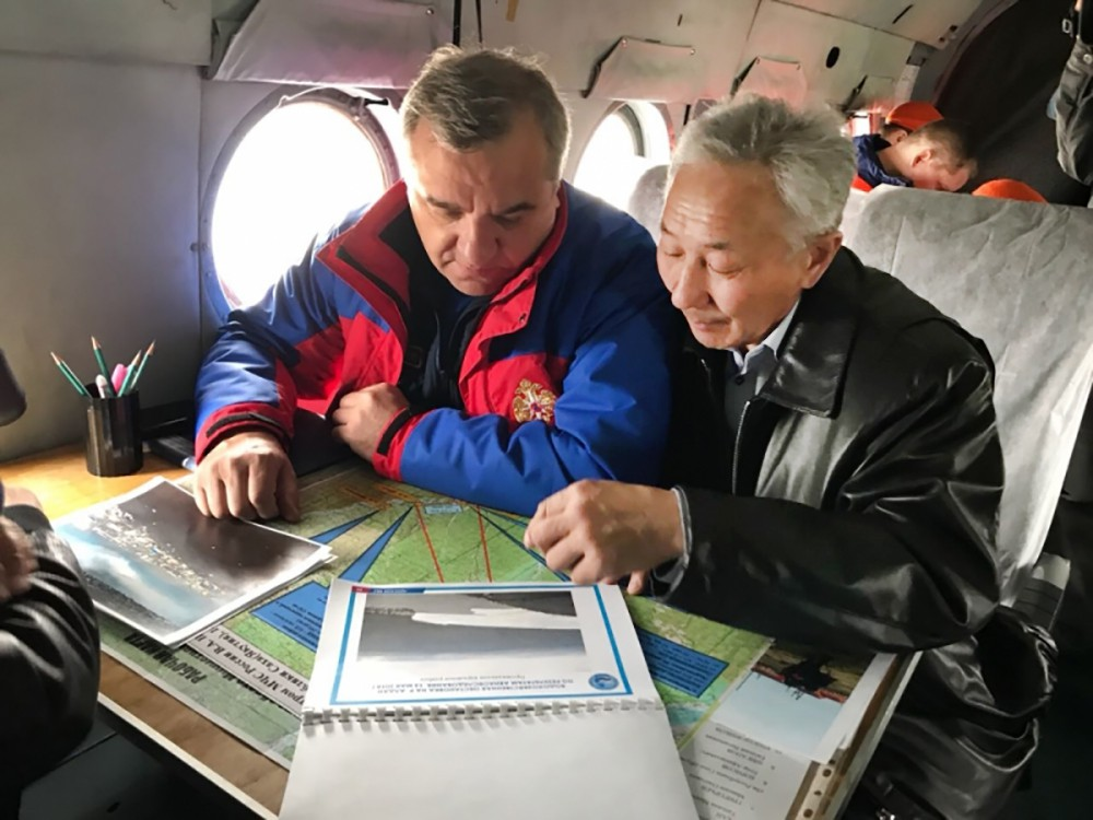 Владимир Пучков осматривает зону паводков в Якутске