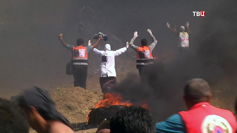 Врачи эвакуируют пострадавших во время протестов в Палестине