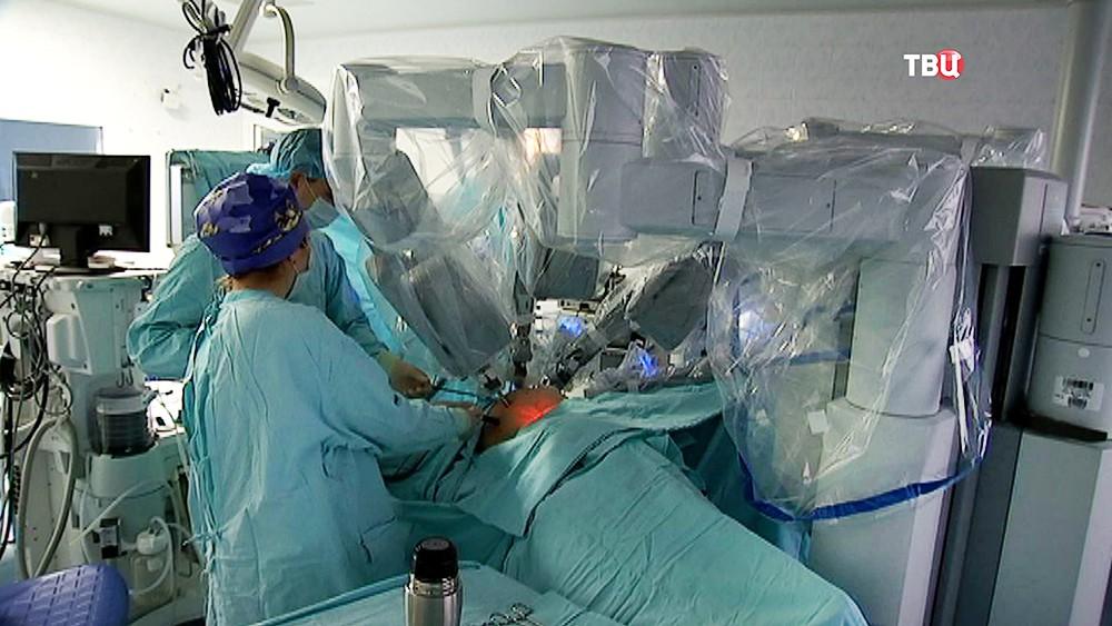 """Врачи проводят операцию с помощью робота """"Да Винчи"""""""