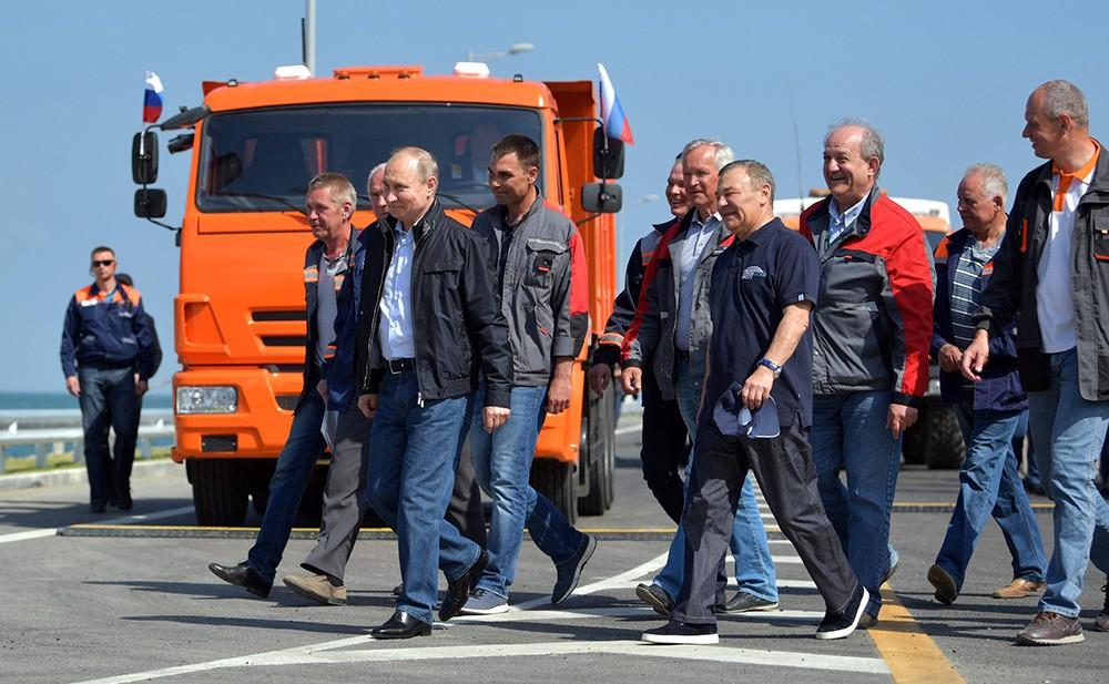 Владимир Путин и строители Крымского моста