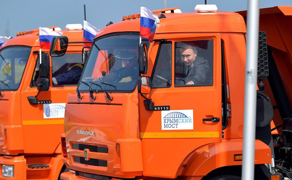 Владимир Путин принял участие в открытии движения по автодорожной части Крымского моста