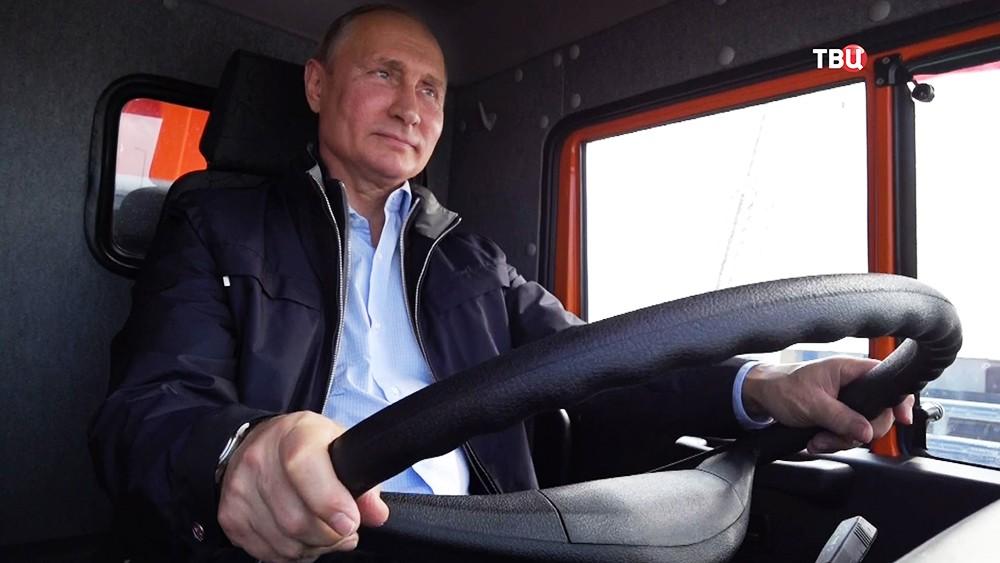 """Владимир Путин за рулем """"КамАЗа"""" открыл автомобильную часть Крымского моста"""