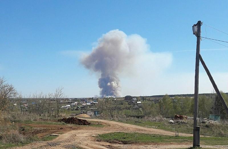 Пожар на территории бывшего военного арсенала в поселке Пугачево в Удмуртии