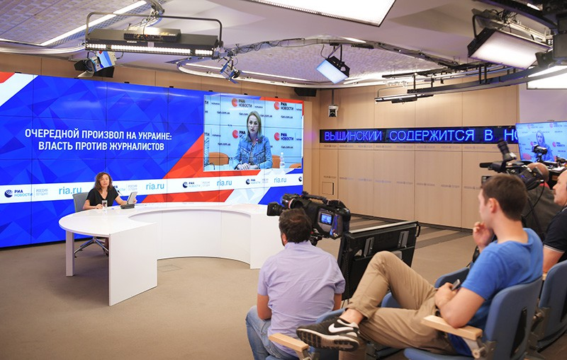 Супруга журналиста Кирилла Вышинского Ирина Вышинская во время пресс-конференции