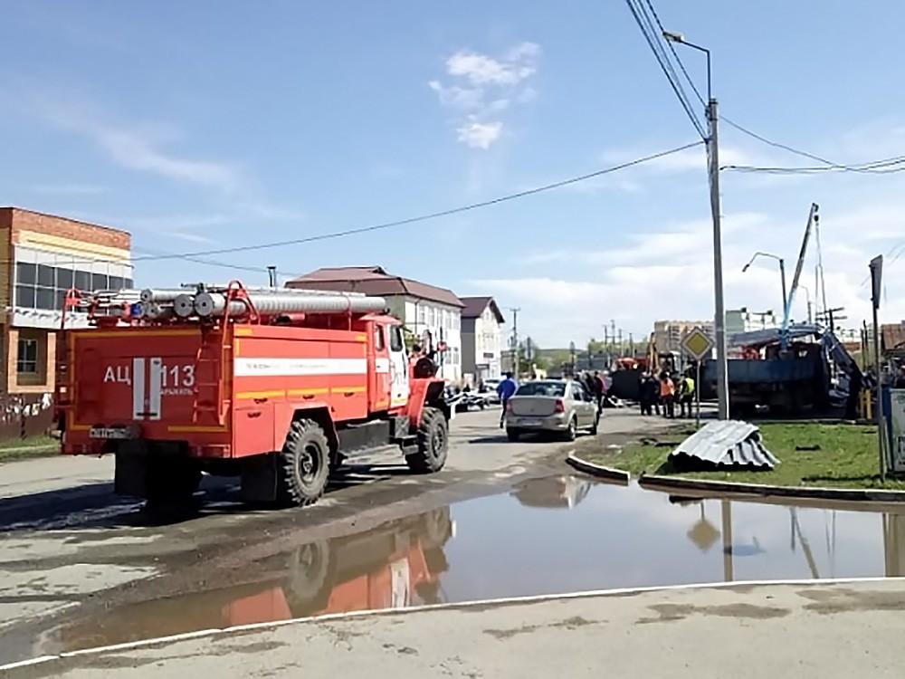 Сотрудники МЧС ликвидируют последствия урагана