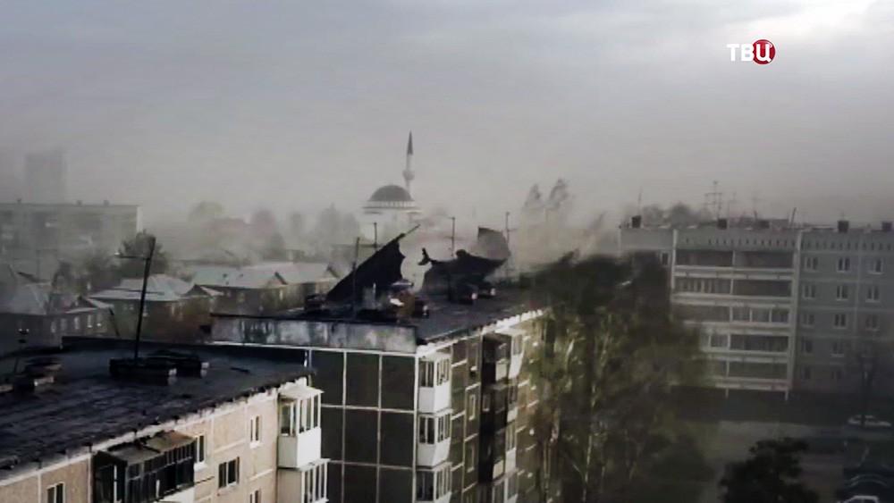 Мощный ураган сорвал крышу с дома