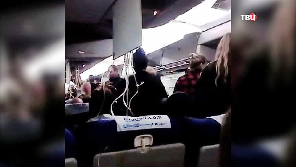 Пассажиры в самолете во время аварийной посадки