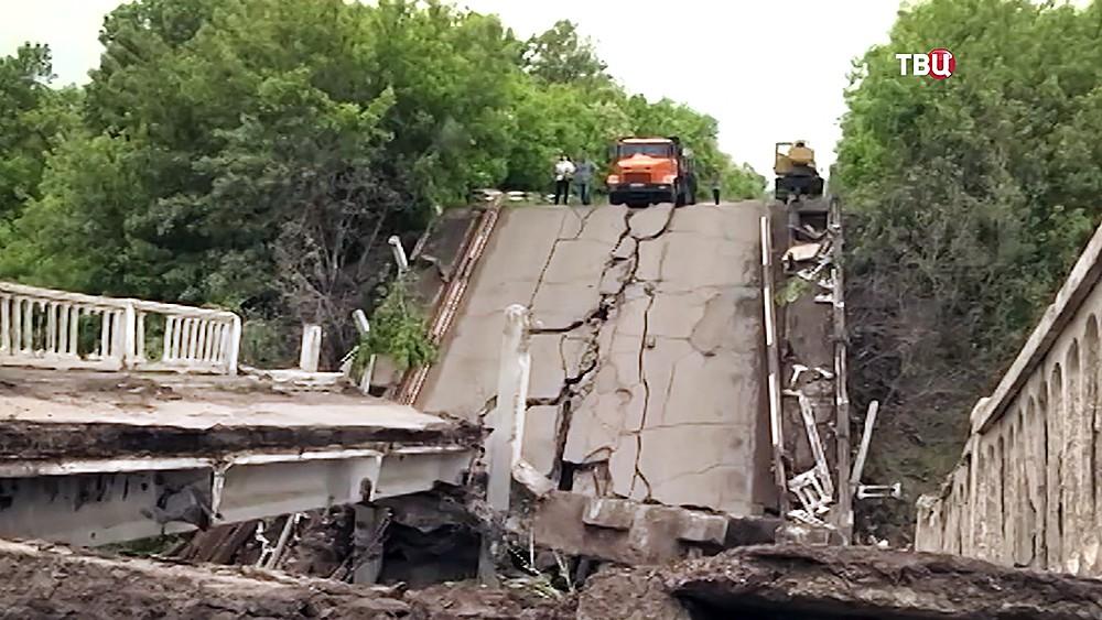 Последствия подрыва моста в Донбассе