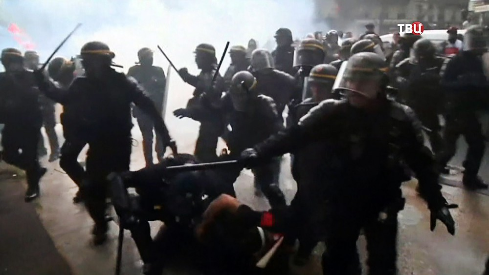 Полиция Франции разгоняет протестующих