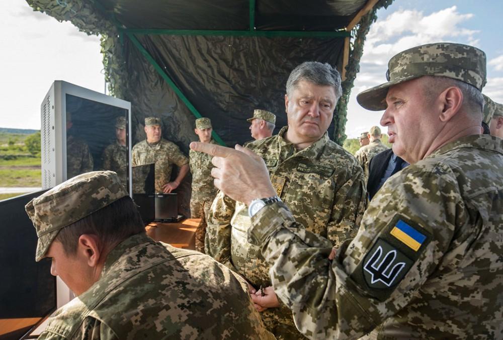 Пётр Порошенко на военных учениях