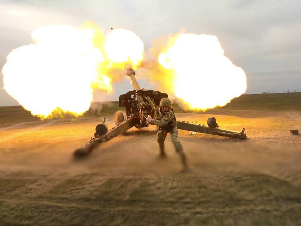 Украинские военные ведут огонь